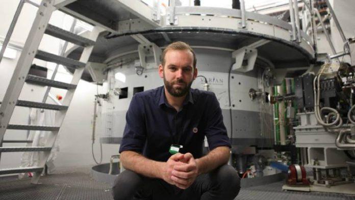 """BBC Earth'ün yeni serisi 250 Milyon Pound'luk Kanser Tedavisi, """"tedavi edilemez"""" denilen kanser türlerinin tedavisinde kullanılan proton ışın terapisini, kurtulan çocukların hikayelerine ve çığır açan teknolojik gelişmelere yer vererek izleyiciye sunuyor. Habere ait bülten ve görselleri ekte paylaşıyoruz haber detayı Patron Haber'de."""