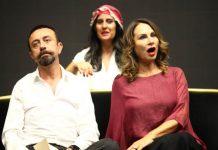Patron Haber'de: Sağ Salim filmlerinin başrolü ve Yeni Gelin dizisinin 'Müsellim'i Burçin BİLDİK yeni tiyatro oyunu ile karşınızda! Türk Tiyatro Edebiyatı'nın en önemli ve değerli yazarlarından biri olan Güngör Dilmen'in kendine özgü ve sıra dışı diliyle yazdığı Aşkımız Aksaray'ın En Büyük Yangını, 19. Yüzyıl İstanbul oyununda ARTİN karakterini canlandıracak olan Burçin Bildik komedi ve dramın iç içe geçtiği bir rolle seyirci karşısında olmaktan büyük heyecan duyduğunu belirterek izleyiciyi hem keyifli ve bir o kadar da yürek burkan bir hikâyenin beklediğini söyledi.