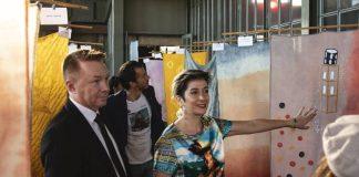 """BİLGİ Moda Tasarımı Bölümü öğrencilerinin The Woolmark Company desteğiyle hazırladığı özel tasarımları, """"Limanlar Arasındaki Öyküler Sergisi"""" ile görücüye çıktı haberi Patron Haber'de. Açılış, Avustralya Büyükelçisi Marc Innes-Brown, Avustralya İstanbul Başkonsolosu Jeffie Kaine, The Woolmark Company İş Geliştirme ve Lisans Koordinatörü Gülay Gökbayrak ve İstanbul Bilgi Üniversitesi Vekil Rektörü Prof. Dr. Kübra Doğan Yenisey'in katılımıyla düzenlendi."""